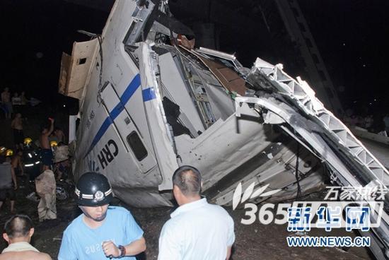 动车脱轨致合肥至温州动车停开(资料图) 昨天晚上20时27分,杭深线永嘉至温州南间,北京南至福州D301次列车与杭州至福州南D3115次列车发生追尾事故,已造成包括事故车在内的D3115次、D301次等部分列车暂时停运。今天小编了解到,从合肥发往温州南的D5455次列车也受到影响,列车开至上海虹桥站终止。 小编今天从合肥火车站获悉,接上海铁路局调度通知,7月24日合肥开往温州南的D5455次列车开至上海虹桥站终止。合肥火车站工作人员表示,目前合肥火车站已售出合肥至上海虹桥以远车票96张,购买该次列车的旅
